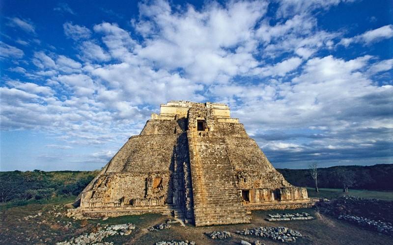 https://yucatan.travel/wp-content/uploads/2019/11/pyramid_of_magician_uxmal_1200-800x500.jpg