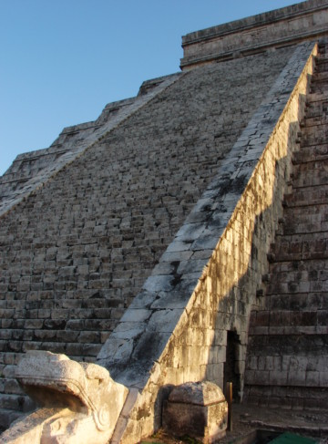https://yucatan.travel/wp-content/uploads/2019/12/ChichénItzá-CastilloKukulkán-Equinoccio03-scaled-360x487.jpg