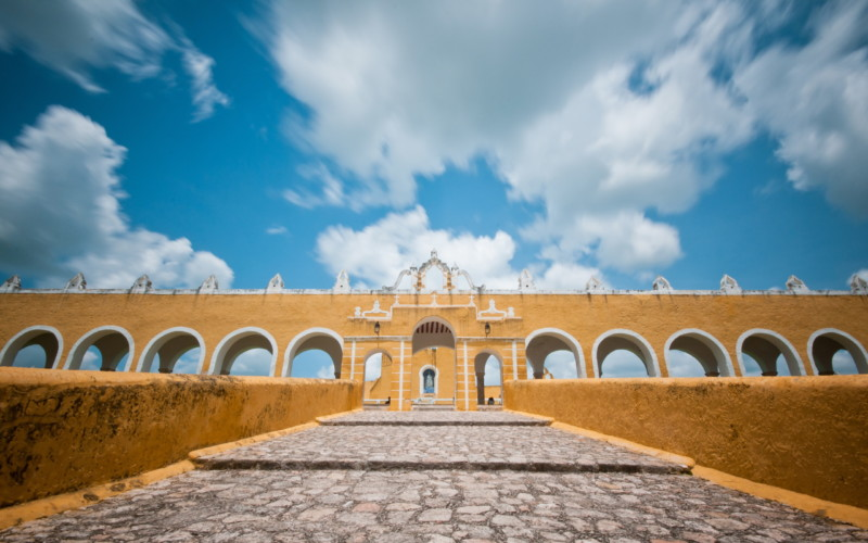 https://yucatan.travel/wp-content/uploads/2019/12/Convento_de_Izamal_June_28_2012_n02-scaled-800x500.jpg
