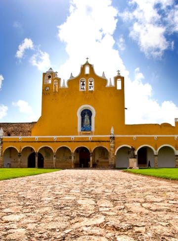 https://yucatan.travel/wp-content/uploads/2019/12/Izamal-Convento-de-Padua-Haciendas-Cenotes-Yucatán-Regiones-1-360x487.jpg