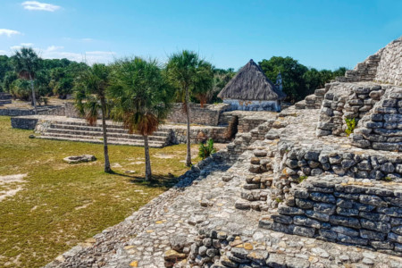 https://yucatan.travel/wp-content/uploads/2020/07/Piramide-de-la-cruz-y-lado-Oeste-de-la-Plaza-Principal-en-Xcambo-450x300.jpg